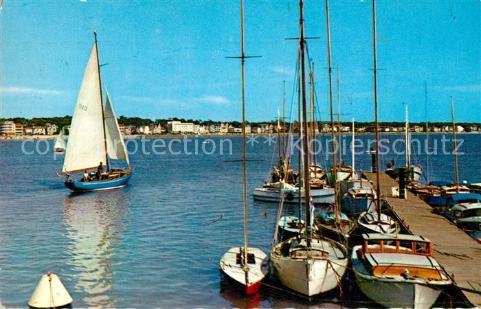 AK / Ansichtskarte Royan_Charente Maritime Depart de Voiliers du port Facade du Boulevard F. Garnier Royan Charente Maritime