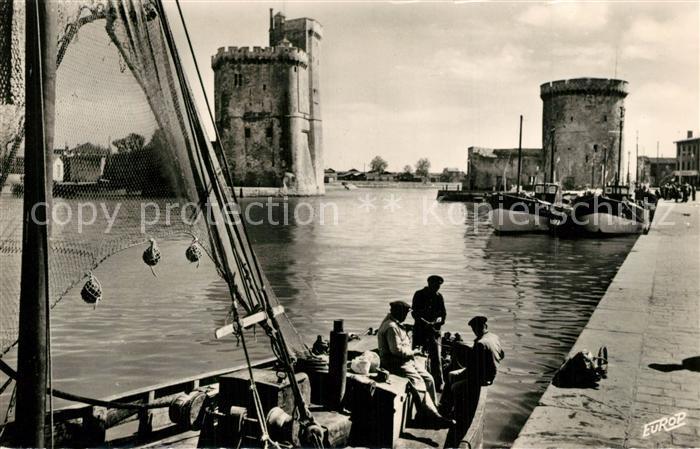 AK / Ansichtskarte La_Rochelle_Charente Maritime Au port Bateau de peche Tours La_Rochelle