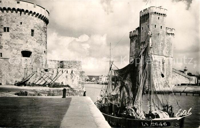 AK / Ansichtskarte La_Rochelle_Charente Maritime Tours Saint Nicolas et de la Chaine Bateau de peche La_Rochelle 0