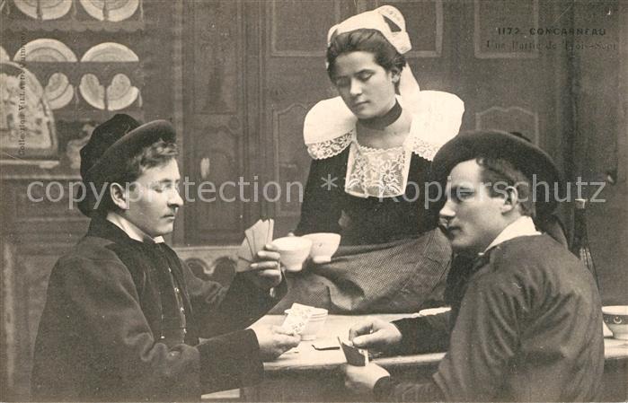 AK / Ansichtskarte Concarneau_Finistere Junge Maenner beim Kartenspiel Junge Frau Trachten Concarneau_Finistere