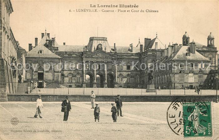 AK / Ansichtskarte Luneville Caserne Place et Cour du Chateau Luneville