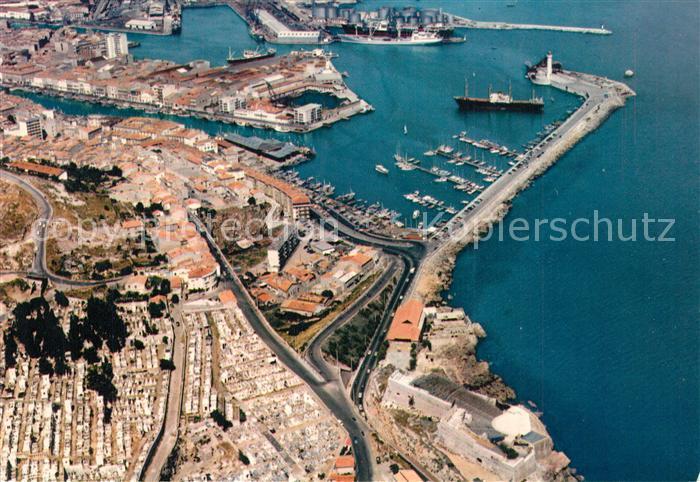 AK / Ansichtskarte Sete_Herault Le port au premier plan le cimetiere marin Vue aerienne Sete Herault