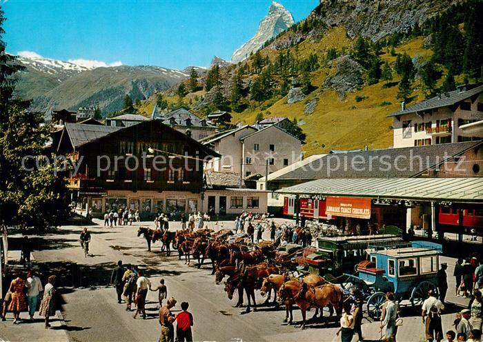 AK / Ansichtskarte Zermatt_VS Bahnhofsplatz mit Matterhorn und Pferdekutschen Zermatt_VS
