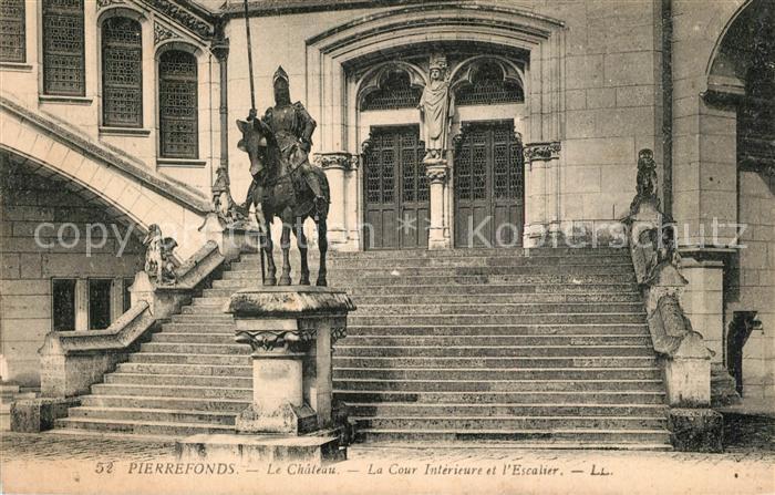 Pierrefonds_Oise Chateau Cour Interieure Escalier Monument Pierrefonds Oise