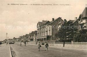 Pornichet Le Boulevard des Oceanides devant Family Hotel Pornichet