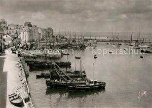 Douarnenez Le port et la nouvelle digue bateaux de peche Douarnenez