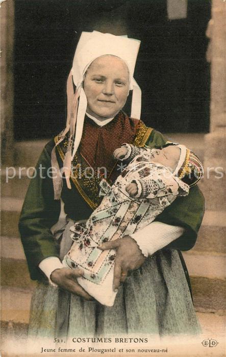 Plougastel Daoulas Costumes Bretons Jeune femme et son nouveau ne Plougastel Daoulas
