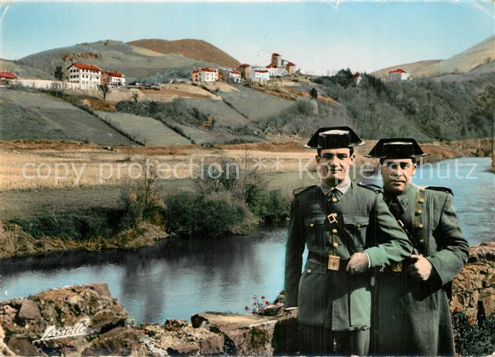 Biriatou Pays Basque Carabiniers Espagnols en faction sur la Bidassoa Biriatou