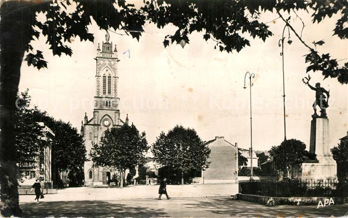 AK / Ansichtskarte Capdenac Gare Place du 14 Juillet Monument Eglise Capdenac Gare