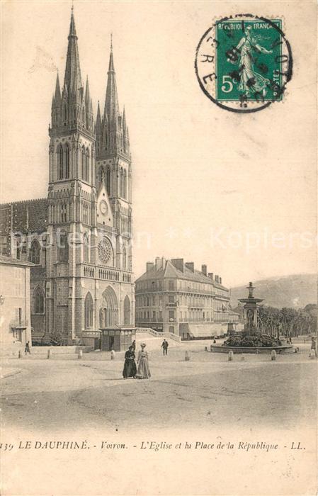 AK / Ansichtskarte Voiron Eglise et Place de la Republique Fontaine Voiron