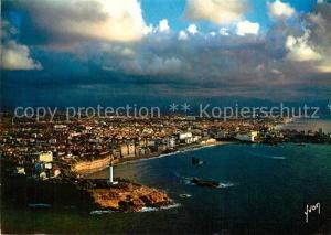 AK / Ansichtskarte Biarritz_Pyrenees_Atlantiques Coucher de soleil sur la ville au premier plan le phare de Biarritz Biarritz_Pyrenees