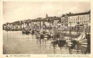 AK / Ansichtskarte Boulogne sur Mer Bateaux de peche a quai dans le fond l'eglise St Pierre Boulogne sur Mer