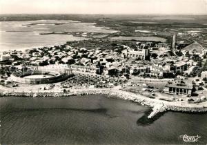 AK / Ansichtskarte Saintes Maries de la Mer Les arenes et le casino vue aerienne Saintes Maries de la Mer