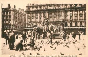 AK / Ansichtskarte Lyon_France Place des Terreaux Les Pigeons Fontaine Bartholdi Hotel de Ville Lyon France