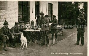 AK / Ansichtskarte Militaria_WK1 Vor einem belgischen Restaurant  Militaria WK1