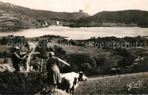 AK / Ansichtskarte Lac_Chambon au temps des Moissons a l horizon Chateau feodal de Murols