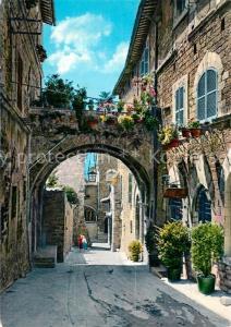 AK / Ansichtskarte Assisi_Umbria Mittelalterliche Strasse mit Blumen geschmueckten Balkonen Assisi Umbria