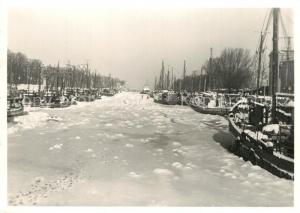 AK / Ansichtskarte Warnemuende_Ostseebad Am Alten Strom Fischkutter im Winter Warnemuende_Ostseebad