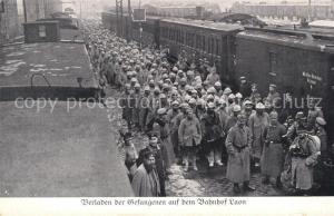 AK / Ansichtskarte Laon_Aisne Verladen der Gefangenen auf dem Bahnhof Laon_Aisne