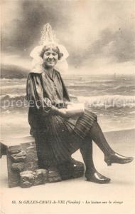 AK / Ansichtskarte Saint Gilles Croix de Vie_Vendee Une femme en costumes Lecture sur le rivage Trachten Saint Gilles Croix de Vie