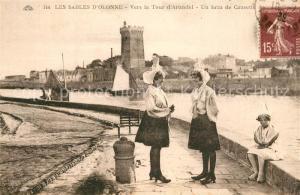 AK / Ansichtskarte Les_Sables d_Olonne Vers la Tour d Arundel un brin de Causette Costumes Trachten Les_Sables d_Olonne