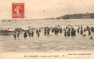 AK / Ansichtskarte Biarritz_Pyrenees_Atlantiques Le Bain et les Vagues Biarritz_Pyrenees