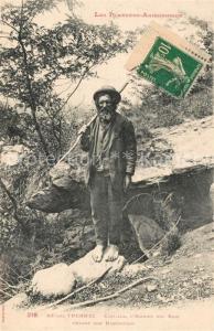 AK / Ansichtskarte Ax les Thermes Castilla Homme des Bois devant son habitation Ax les Thermes