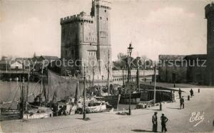 AK / Ansichtskarte La_Rochelle_Charente Maritime Coin du port et la Tour Saint Nicolas Bateaux La_Rochelle