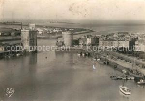 AK / Ansichtskarte La_Rochelle_Charente Maritime Le port et les deux Tours vue aerienne La_Rochelle