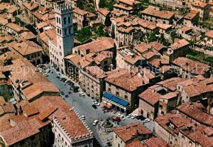 AK / Ansichtskarte Assisi_Umbria Veduta aerea Piazza del Comune con la Torre Civica e il Tempio di Minerva Assisi Umbria