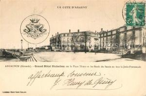 AK / Ansichtskarte Arcachon_Gironde Grand Hotel Richelieu sur la Place Thiers et les Bords du Bassin en face la Jetee Promenade Arcachon Gironde