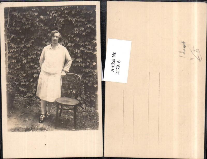 Frau m. Kleid Stuhl Sessel Thonet