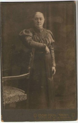 23144,CDV Foto Frau Stuhl Thonet München 1880