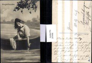 197496,Anglerfreuden Kind m. Hut b. Fischen Angeln Fisch Boot