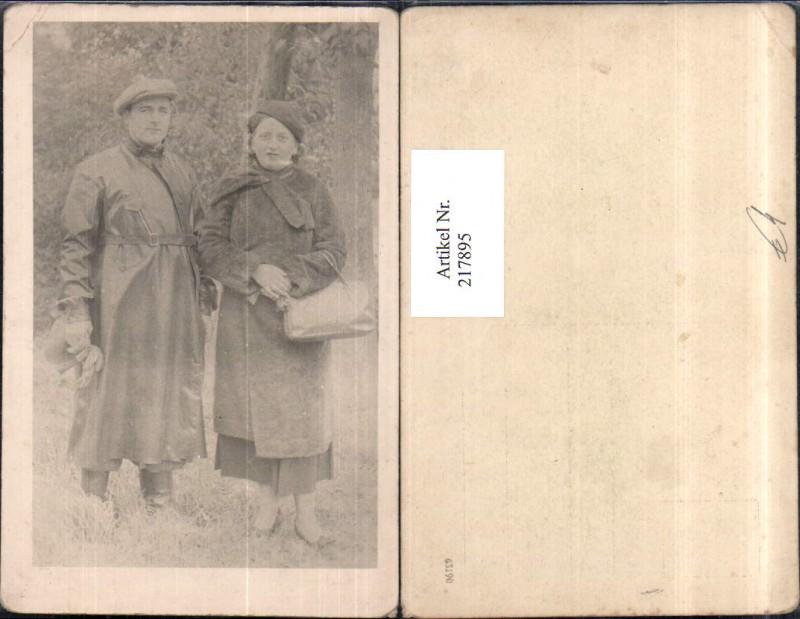 217895,Foto AK Frau m. Hut u. Mantel Tasche Mann m. Hut