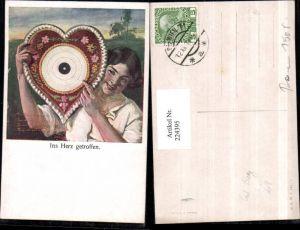 224395,Künstler AK Carl Zewy Ins Herz getroffen Frau Herz Zielscheibe