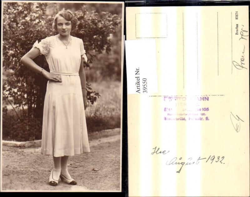 39550,Foto Ak Frau Portrait weisses Kleid v. Strauch Hecke  0