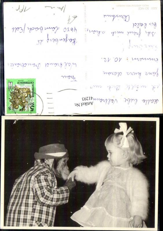 41293,Affe i. Jacke Hut gibt Mädchen Handkuss