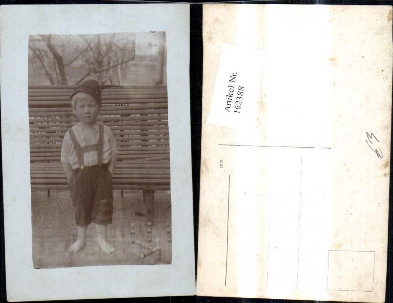 162388,Foto Ak Barfüssiger Bub Junge Tracht Hut