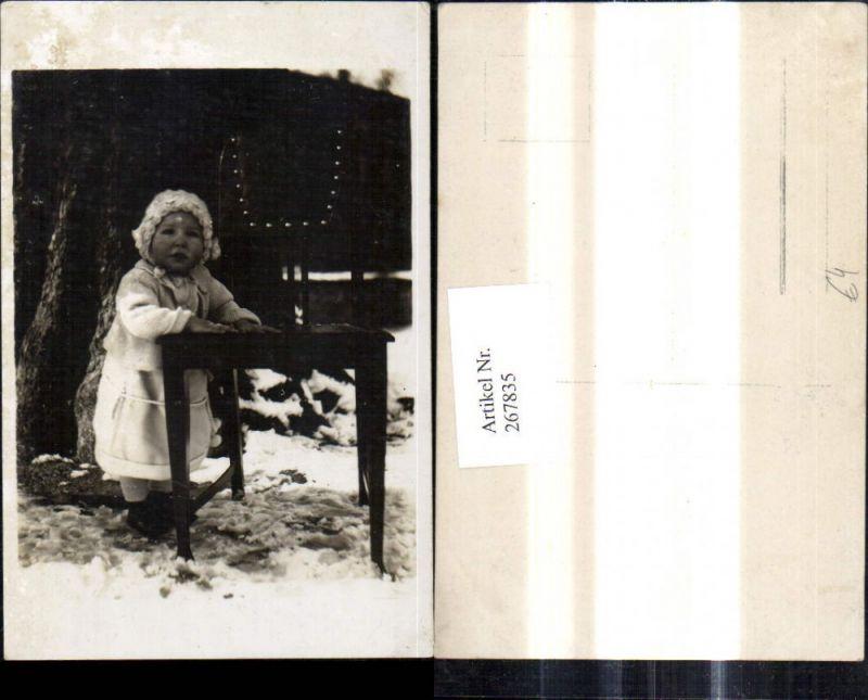 267835,Foto Ak Kind b. Tisch Baum Winter Schnee Portrait