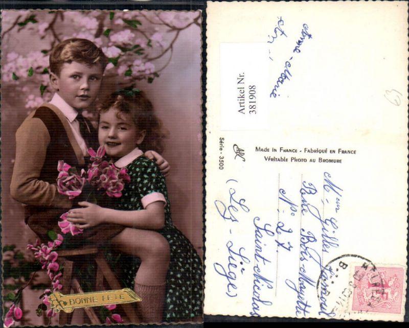381908,Kinder Bub Mädchen Umarmung unter Blühenden Baum Blumen Rosen Bonne Fete