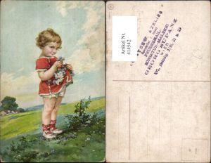 414542,Künstler Ak Kind Blondes Mädchen Lockenkopf Blumen Pflücken Landschaft