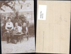 431731,Foto Ak Frauen m. Bub Junge Sticken Nähen Tisch v. Haus Heimarbeit Hausarbeit