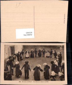 431945,Frauen Männer i. Kreis Tanzen Environs d Auray Noce Bretonne dannant la Ridee Trachten Frankreich