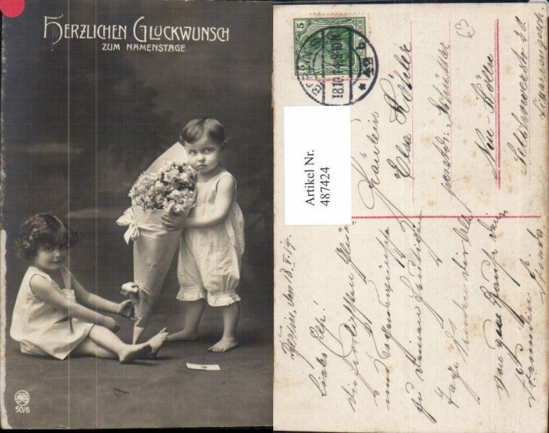 487424,Kinder Bub Junge Mädchen m. Blumen i. Papiertüte Namenstag