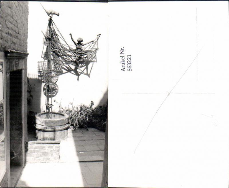 563221,Foto Ak Brunnen Kunstwerk m. Kind Katze