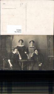 580816,Gruppenbild vier Frauen b. Tisch Buch
