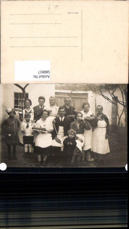 580817,Gruppenbild Familie m. Kuchen Essen v. Haus