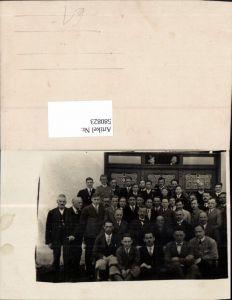 580823,Gruppenbild Männer v. Gebäude