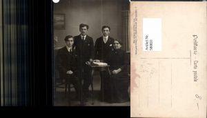 580831,Gruppenbild Familie Frau m. Söhne Männer Buch Lesen Schweiz pub J. Groepler La Chaux-de-Fonds